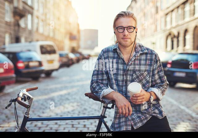 Cool Mann, Blick in die Kamera. City-Lifestyle, genießt das Leben in der Stadt Stockbild