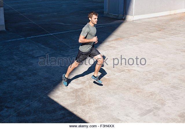Hohen Winkel Seitenansicht des Jünglings Sport Joggen Kleidung tragen Stockbild