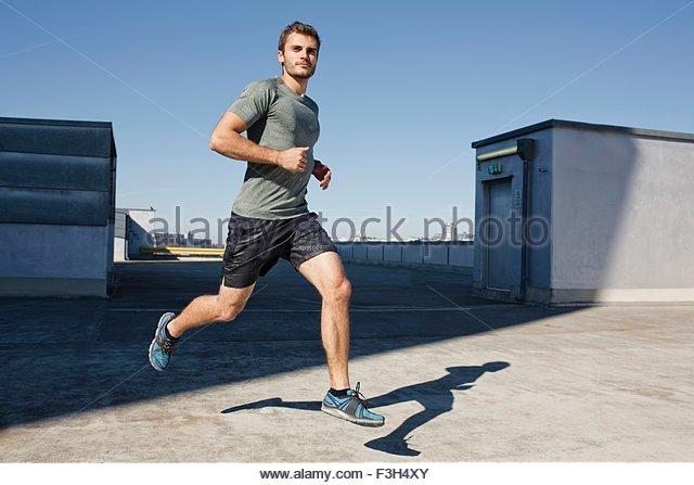 Junge Mann trägt Sport Kleidung Joggen, Luft, wegschauen Stockbild