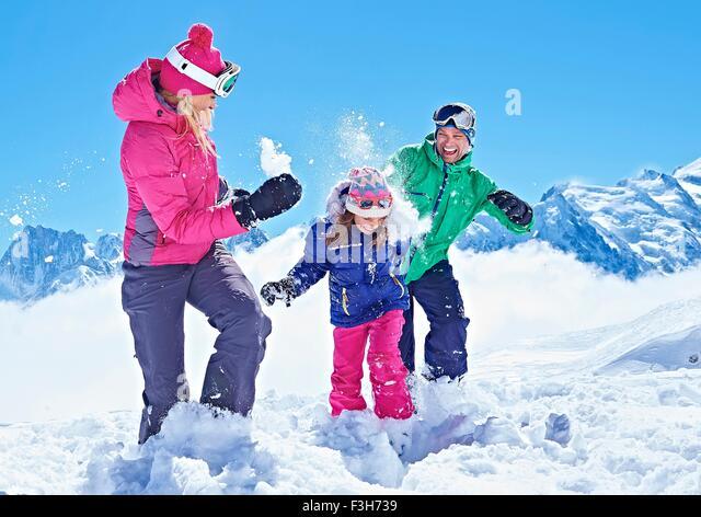 Familie mit Schneeballschlacht, Chamonix, Frankreich Stockbild