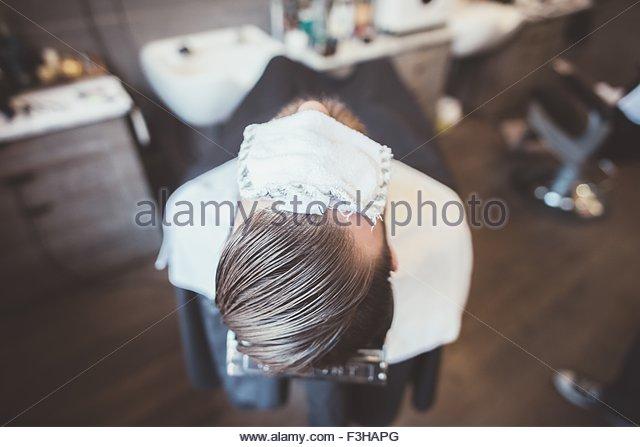 Rückansicht des Client im Friseurladen mit Stoffabdeckung Augen Stockbild