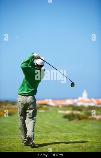 Rückansicht der Golfer Golf Club unter Golfschwung halten Stockbild