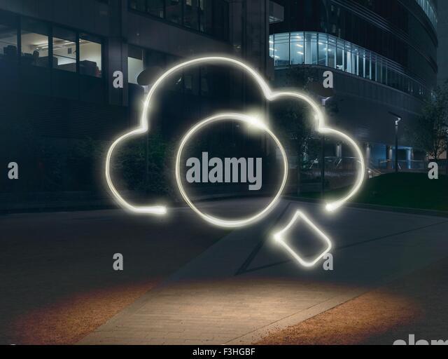 Leuchtende Wolke Symbol umgebenden Kreis Stadt bei Nacht Stockbild