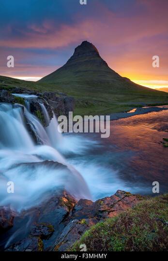 Morgendämmerung über Kirkjufell Berg und Wasserfall, Grundarfjordur, Snaefellsnes Halbinsel, Vesturland, Stockbild