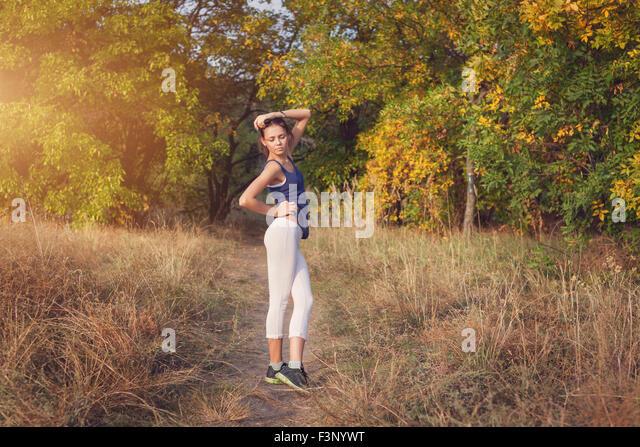 Junge schöne Mädchen Sport in den herbstlichen Wald bei Sonnenuntergang Stockbild