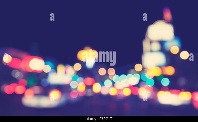 Vintage getönten verschwommene Stadt Lichter bei Nacht, urban abstrakten Hintergrund. Stockbild