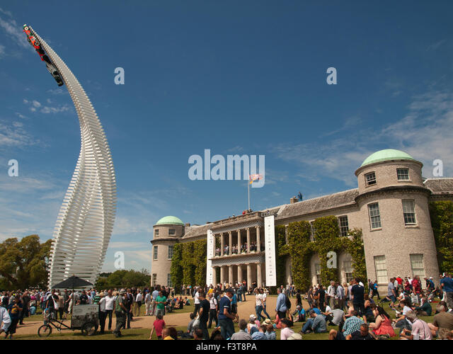 Goodwood Festival of Speed 2015 Mazda 40 Meter hohe Skulptur vor Goodwood House mit zwei Mazda Rennwagen Stockbild