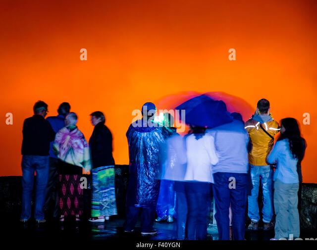 Besucher in der Silhouette in der Abenddämmerung, Lava glühende Kilaueea Caldera Vulkan, Hawai ' i Stockbild