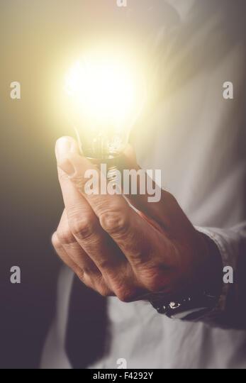 Bringen neue Ideen für Unternehmen, Unternehmer mit Glühbirne bietet neue Lösungen für Verständnis Stockbild