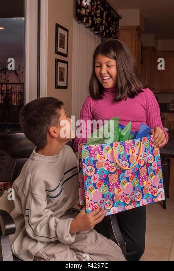 interracial multikulturellen Multi ethnischen Koreanisch/kaukasischen Bruder und Schwester Geschenke Geschenk öffnen. Stockbild