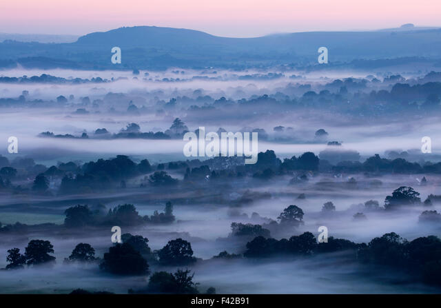 ein nebliger Morgen in Blackmore Vale, Dorset, England, Großbritannien Stockbild