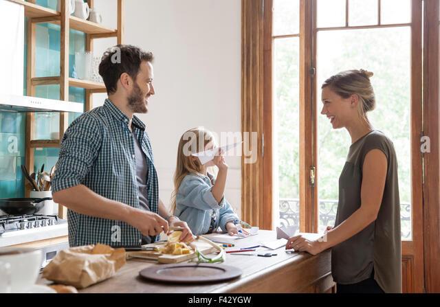 Familie verbringt viel Zeit zusammen in Küche Stockbild
