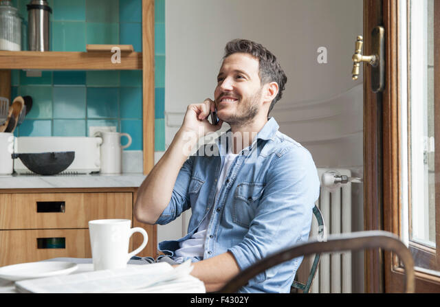 Menschen reden über Handy Stockbild