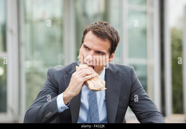 Kaufmann Essen Sandwich im freien Stockbild