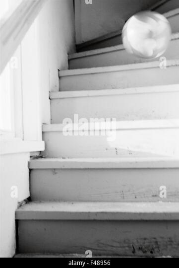 Ein Ball rollt die Treppe hinunter, Schweden. Stockbild