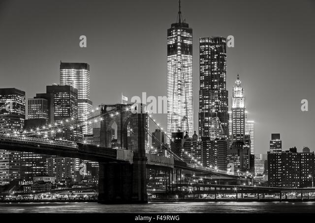 & Schwarz-weiß Stadtbild bei Nacht. Blick auf Lower Manhattan, Brooklyn Bridge und Financial District Wolkenkratzer, Stockbild