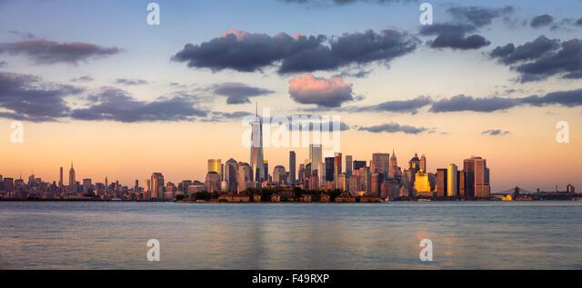 Lower Manhattan Wolkenkratzer, Financial District und Ellis Island Panorama bei Sonnenuntergang, New York City, Stockbild