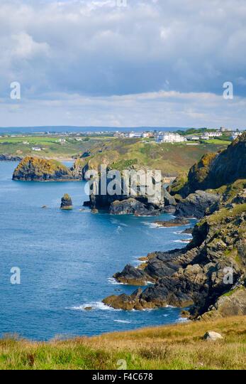 Blick auf die Küste Cornwalls aus South West Coast Path an Pfosten, Lizard Halbinsel, Cornwall, England, UK Stockbild