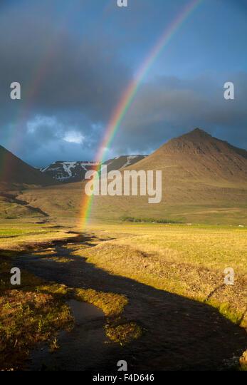 Abend-Regenbogen über das Heradsvotn-Tal, Varmahlid, Skagafordur, Nordhurland Vestra, Island. Stockbild