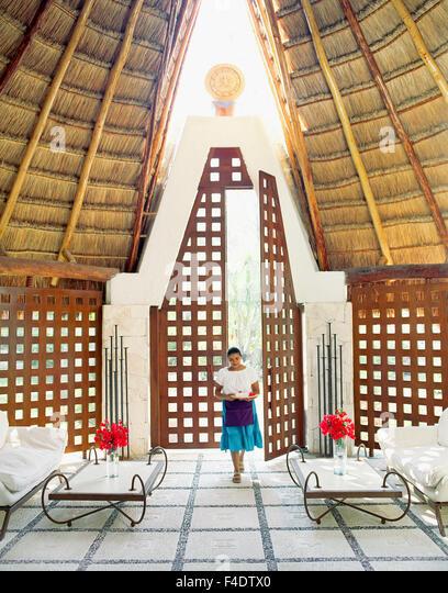Ein mexikanischer Mitarbeiter führt durch die wichtigsten Wellnessbereichs im Maroma Spa and Resort. Riviera Stockbild