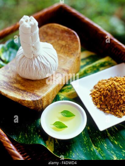Zutaten für eine heiße Pflaster-Massage. Basilikumblätter in Traubenkernöl und Umschlag. Riviera Stockbild