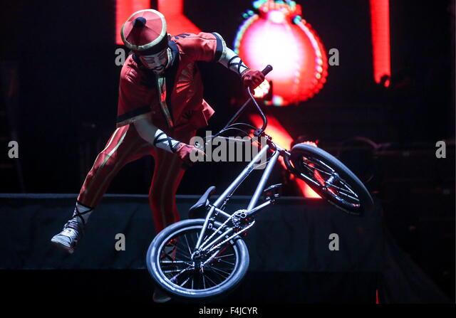 Moskau, Russland. 19. Oktober 2015. Eine Darsteller ist einen BMX Fahrrad Stunt in K.U.K.L.A Show in der Grand Moskauer Stockbild