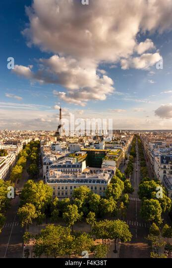 Paris von oben: der berühmte Eiffelturm und Paris Alleen (Iéna, Kleber) und ihre umliegenden Gebäude. Stockbild