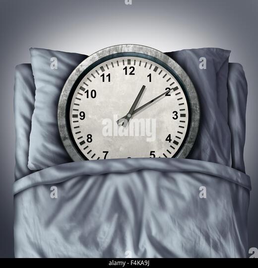 Immer genügend Schlaf-Konzept oder schlafen Probleme Symbol wie eine Uhr im Bett auf einem Kissen liegend, Stockbild