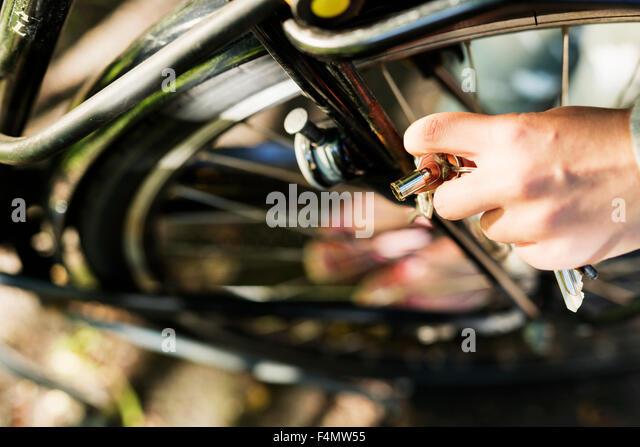 Bild der Frau die Hand, die Fahrrad-Lock-Taste abgeschnitten Stockbild