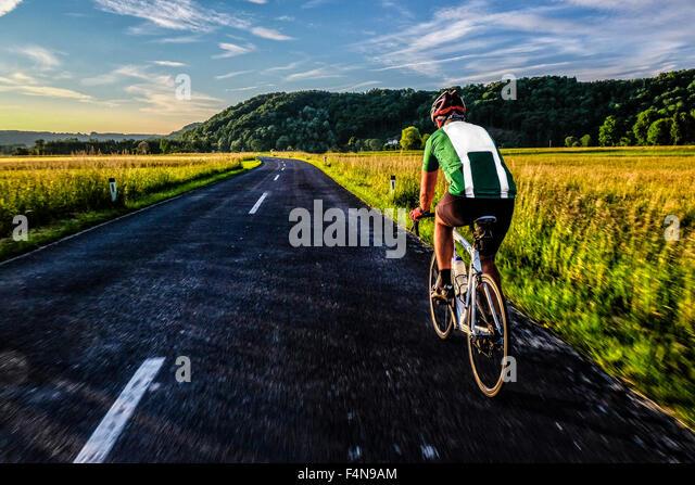 Deutschland, Bayern, Chiemgau, racing Biker auf tour Stockbild