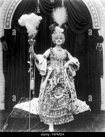Am Set, Theda Bara posiert im Kostüm als Madame Du Barry in einem Werbe Portrait / Madame Du Barry / 1917 unter Stockbild