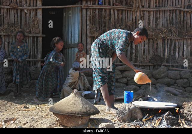 Amhara Region, einfache Familie, kleine Farm, Selbstversorger, die Herstellung von Teff Brot genannt Injera Stockbild