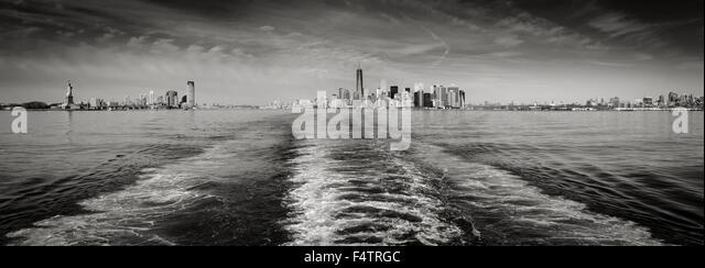 Panorama schwarz-weiß & New York Skyline mit Lower Manhattan und Financial District Wolkenkratzer und die Stockbild