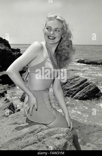 Ein Model trägt einen Badeanzug 50er Jahre Stockbild