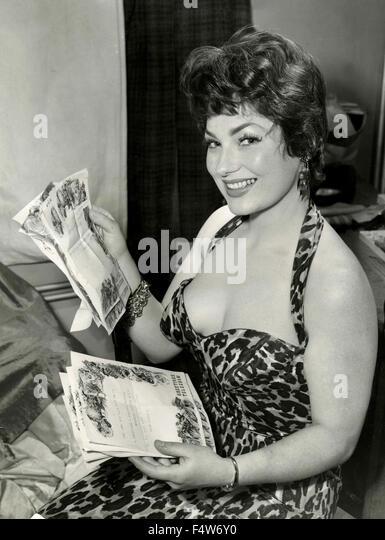 Die britische Schauspielerin Valerie French empfangenen Telegramme Glückwunschschreiben Stockbild