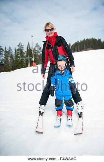 Mutter und Sohn, Skifahren Stockbild