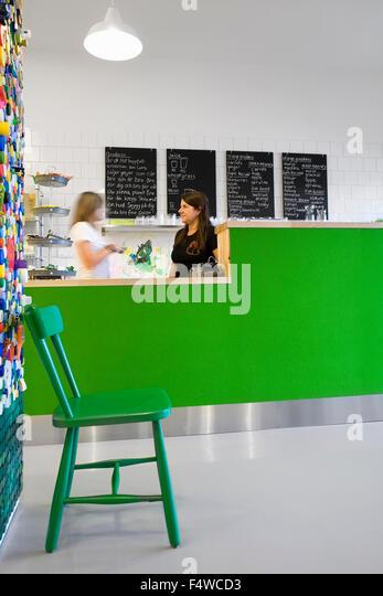 Schweden, Skane, Helsingborg, Frau und Mädchen (12-13) im café Stockbild