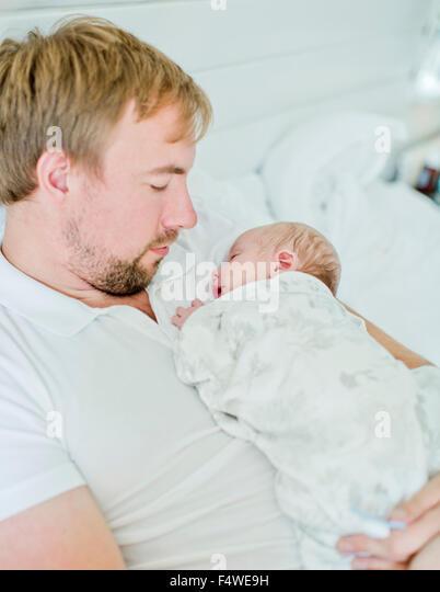 Mid-Adult Mann hält Baby Boy (0-1 Monate) im Arm Stockbild