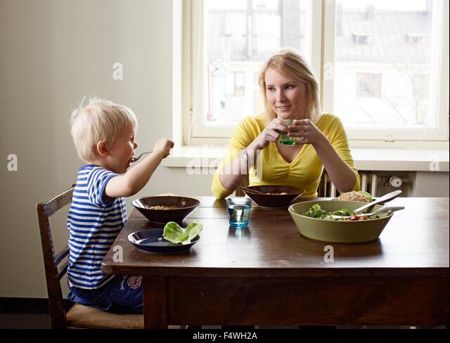 Finnland, Helsinki, Kallio, Mutter und Sohn beim Mittagessen Stockbild