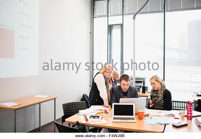 Gruppe von Menschen, die im Büro arbeiten Stockbild