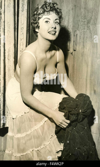Die britische Schauspielerin Barbara Roscoe zieht ihr Kleid Stockbild
