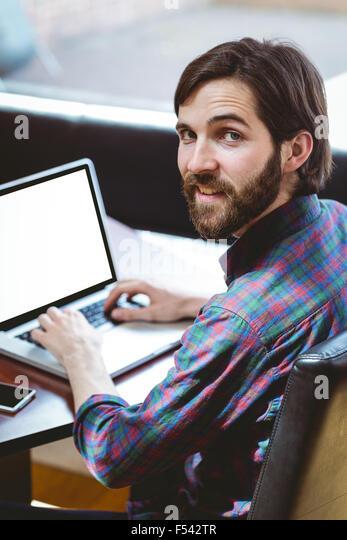 Hipster-Student mit Laptop in Kantine Stockbild
