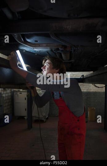 Mechanischer Betrieb beleuchtet fluoreszierendes Licht während der Prüfung unter Auto Stockbild