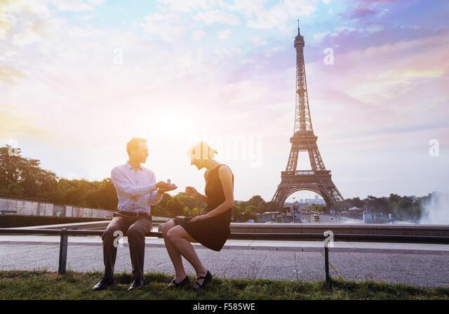 Heirate mich, Vorschlag am Eiffelturm in Paris, schöne Silhouetten der kaukasischen Pärchen Stockbild