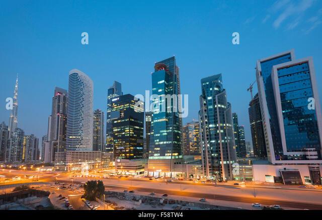 Skyline von neuen Bürotürmen nachts in Business Bay Viertel von Dubai Vereinigte Arabische Emirate Stockbild