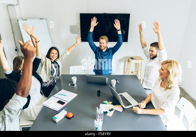 Gruppe von glücklichen Mitarbeiter Inhalte wie Ziel erreicht wird Stockbild