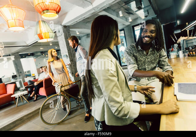 Modernes Café, dynamisches Leben, Menschen und Vielfalt Stockbild