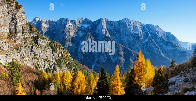 Berge-Landschaft im bunten Herbst in Slowenien Stockbild