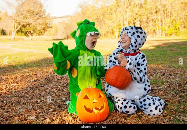 Jungs in Kostümen spielen vorgeben Stockbild