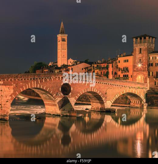 Ponte Pietra Bridge in der Dämmerung über der Etsch in Verona, Italien Stockbild